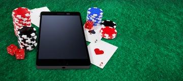Sammansatt bild av mobiltelefonen med bunten av kasinotecken och spelakort Royaltyfria Bilder