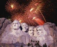 Sammansatt bild av Mount Rushmore och fyrverkerier Arkivbilder