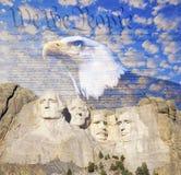 Sammansatt bild av Mount Rushmore, skallig örn, U S Konstitution och blå himmel med vita moln Royaltyfri Foto