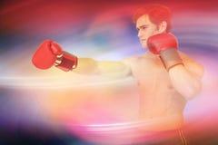 Sammansatt bild av muscly mannen som bär röda handskar och att stansa för boxning Arkivfoto