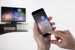 Sammansatt bild av närbilden av kantjusterade händer som rymmer mobiltelefonen Arkivfoto