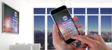 Sammansatt bild av närbilden av kantjusterade händer som rymmer mobiltelefonen Arkivfoton