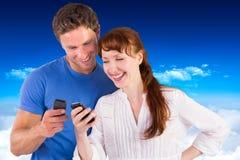 Sammansatt bild av par genom att använda deras mobiltelefoner Arkivfoto