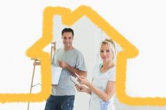 Sammansatt bild av par med färgprovkartor och stegen i ett nytt hus Royaltyfria Foton