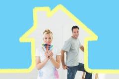 Sammansatt bild av par med färgprovkartor och stegen i ett nytt hus Fotografering för Bildbyråer