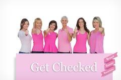 Sammansatt bild av positiva kvinnor som poserar med rosa färgöverkanten för bröstcancer Arkivbilder