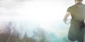 Sammansatt bild av rugbyspelaren som rymmer bollen Royaltyfri Fotografi