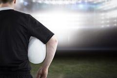 Sammansatt bild av rugbyspelaren som rymmer en rugbyboll Royaltyfri Fotografi