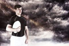 Sammansatt bild av rugbyspelaren som rymmer en rugbyboll Arkivfoton