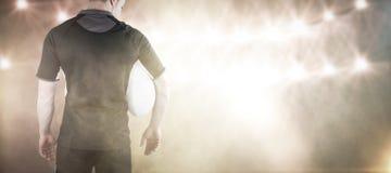 Sammansatt bild av rugbyspelaren som rymmer en rugbyboll Arkivbild