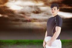 Sammansatt bild av rugbyspelaren som rymmer en rugbyboll 3D Royaltyfri Foto