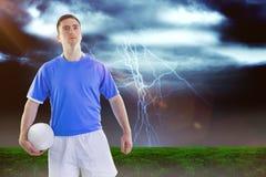Sammansatt bild av rugbyspelaren som rymmer en rugbyboll 3D Royaltyfri Fotografi