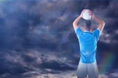 Sammansatt bild av rugbyspelaren som rymmer en rugbyboll 3D Royaltyfri Bild