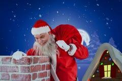 Sammansatt bild av Santa Claus den bärande påsen mycket av gåvor som ser i lampglas Royaltyfri Fotografi