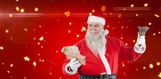 Sammansatt bild av Santa Claus det läs- kuvertet med klockan Royaltyfria Bilder
