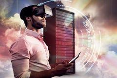 Sammansatt bild av sidosikten av affärsmannen som rymmer den faktiska exponeringsglas och minnestavladatoren 3d Royaltyfri Bild