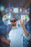 Sammansatt bild av sikten för låg vinkel av mannen som använder oculusklyftahörlurar med mikrofon 3d Royaltyfria Bilder
