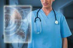 Sammansatt bild av sjukskötaren som pekar på den osynliga skärmen 3d Arkivfoto