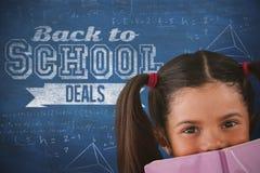 Sammansatt bild av skolflickabeläggningmunnen med boken Arkivbilder