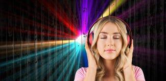 Sammansatt bild av slutet upp av en kvinna som lyssnar till musik Arkivfoton