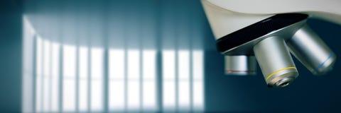 Sammansatt bild av slutet upp på mikroskopet i laboratorium Royaltyfri Foto
