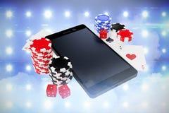 Sammansatt bild av smartphonen med att spela kort och kasinotecken Royaltyfri Foto