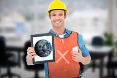 Sammansatt bild av snickaren som rymmer den digitala minnestavlan och mobiltelefonen Fotografering för Bildbyråer