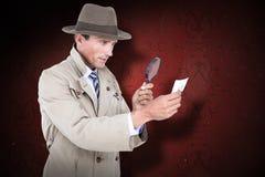 Sammansatt bild av spionen som ser till och med förstoringsapparaten Fotografering för Bildbyråer