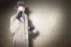 Sammansatt bild av spionen som ser till och med förstoringsapparaten Arkivbilder