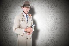 Sammansatt bild av spionen som ser till och med förstoringsapparaten Arkivfoton