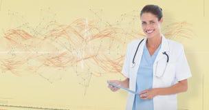 Sammansatt bild av ståenden av att le den kvinnliga doktorn som rymmer den digitala minnestavlan Royaltyfri Fotografi