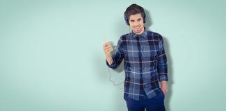 Sammansatt bild av ståenden av bärande hörlurar för lycklig hipster arkivfoto