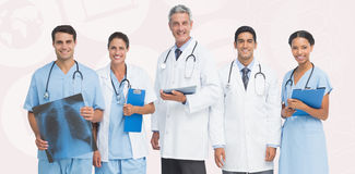 Sammansatt bild av ståenden av det säkra medicinska laget royaltyfria foton