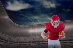 Sammansatt bild av ståenden av fokuserade amerikanska fotbollsspelaren som den är klar att anfalla Royaltyfri Foto