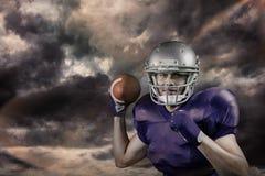 Sammansatt bild av ståenden av idrottsmannen som ler, medan kasta bollen Arkivbilder