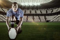 Sammansatt bild av ståenden av rugbyspelaren som knäfaller och rymmer bollen med 3d Arkivbilder