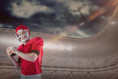 Sammansatt bild av ståenden av den amerikanska fotbollsspelaren som just ska att kasta fotboll Arkivfoto