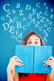 Sammansatt bild av ståenden av ett studentnederlag bak en blå bok Royaltyfri Fotografi