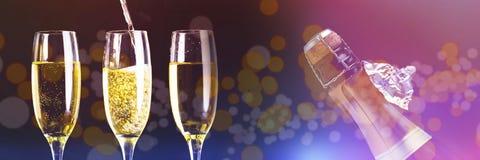 Sammansatt bild av två fulla exponeringsglas av champagne och en som fylls Arkivbilder