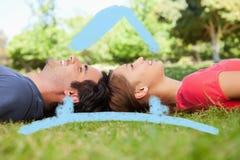 Sammansatt bild av två vänner som ser uppåtriktade medan liggande huvud - - huvud Royaltyfri Foto