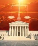 Sammansatt bild av Uen S Högsta domstolen, våg av rättvisa och röd himmel Arkivfoton