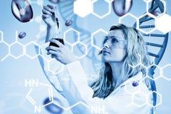 Sammansatt bild av undersökande blod för kvinnlig forskare Royaltyfria Bilder