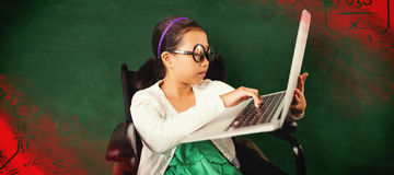 Sammansatt bild av ung flickamaskinskrivning på bärbara datorn, medan sitta Royaltyfria Bilder