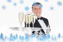 Sammansatt bild av uppassareportionmagasinet mycket av exponeringsglas med champagne Royaltyfria Bilder