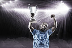 Sammansatt bild 3D av den lyckliga idrottsmannen som ser upp och hurrar, medan rymma trofén Fotografering för Bildbyråer