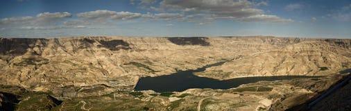 Sammansatt panorama med hög upplösning av den Wadi Mujib behållaren i Jordanien royaltyfri fotografi