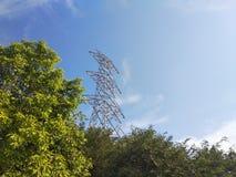 Sammanslutningblick för träd två och torn fotografering för bildbyråer