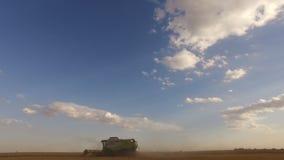 Sammanslutningen flyttar sig till och med fältet från rakt till vänstert i förgrunden under plockning Sned boll metar kopiera avs arkivfilmer
