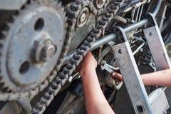 Sammanslutningmaskinservice, reparera för mekaniker som är motoriskt utomhus fotografering för bildbyråer