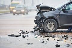 Sammanstötning för bilkrasch i stads- gata Arkivfoto